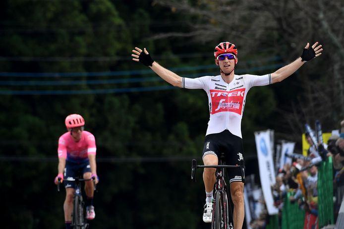 Bauke Mollema komt juichend over de eindstreep in Japan. Achter hem schudt Michael Woods vertwijfeld het hoofd.