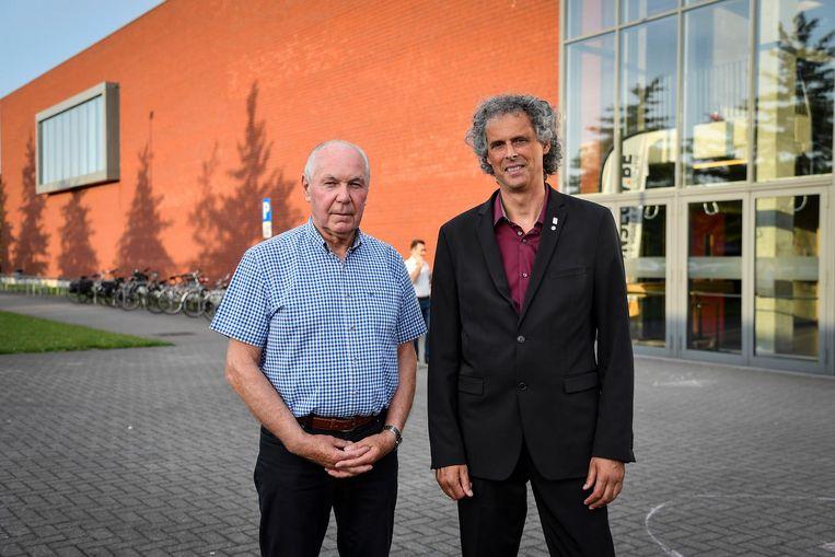 Luc Dierick en Patrick Van Campenhout aan de sporthal van Sint-Gillis.