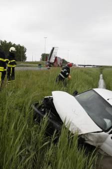 Bestuurder belandt in de sloot naast A16  bij Langeweg
