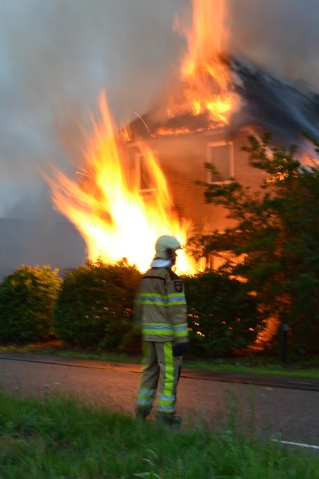 Woonboerderij brandt uit in Lettele, bewoners zijn op vakantie