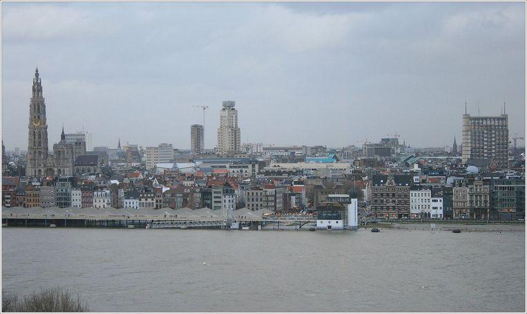 De Schelde in Antwerpen, uit haar oevers getreden.