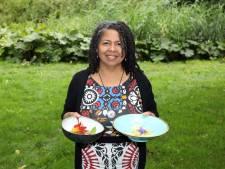 Chefkok Jean roemt de producten uit 'haar' voedselbos: 'Het is een schatkist'