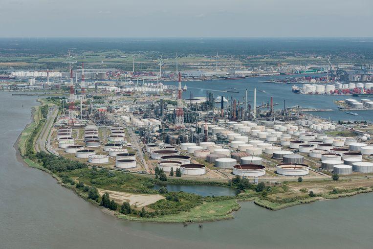 Oliefabrieken in de haven van Antwerpen.