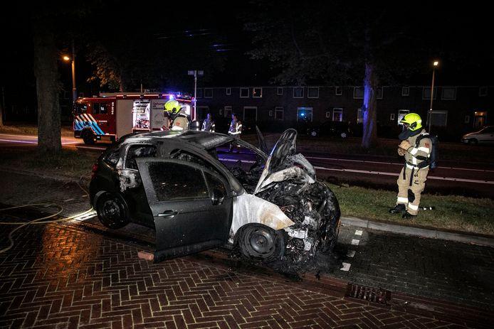De uitgebrande auto op de Huissensestraat in Arnhem.