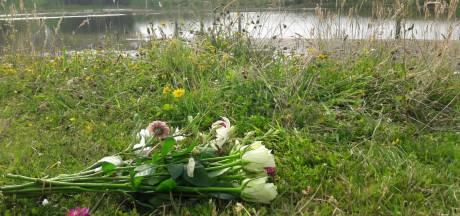 Bloemen voor verdronken Robin (7) neergelegd bij vijver in Overdinkel