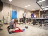 Leerlingen Bataafs Lyceum in Hengelo krijgen reanimatieles: 'Ik weet nu precies wat ik moet doen'