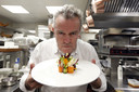 Alain Passard poseert in Monte Carlo Beach Restaurant met een gerecht ter ere van Intenationale Vrouwendag.