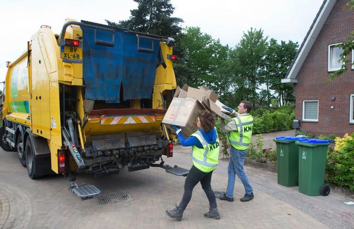 Vrijwilligers van KNA halen oud papier op in Lunteren.