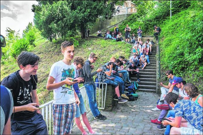 Pokémonjagers in het Valkhofpark afgelopen zomer.
