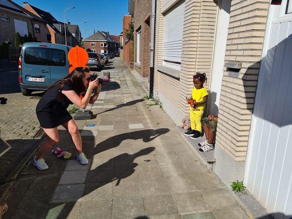 De kleuterjuffen van de wijkschool in de Kruisstraat (VBS 't Landuiterke) gingen deze week op pad om foto's te nemen van de jongste kleuters.