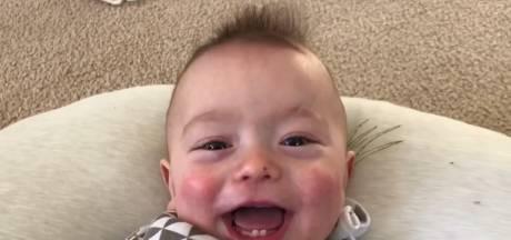 """Un bébé chante """"Thunderstruck"""" du groupe rock AC/DC"""