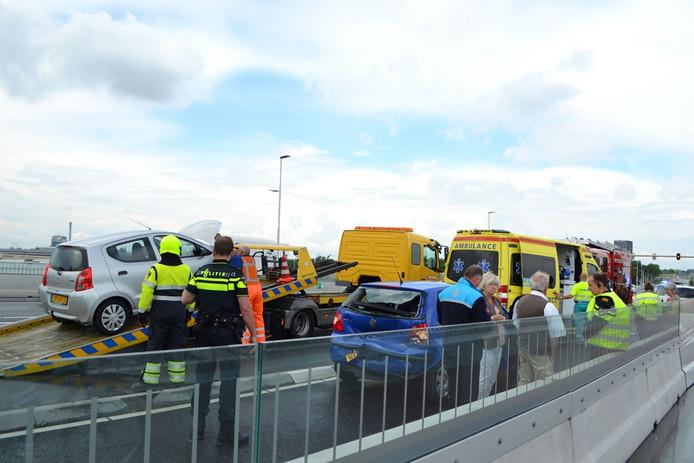 Hulpdiensten ter plaatse bij het ongeval op de Waalbrug