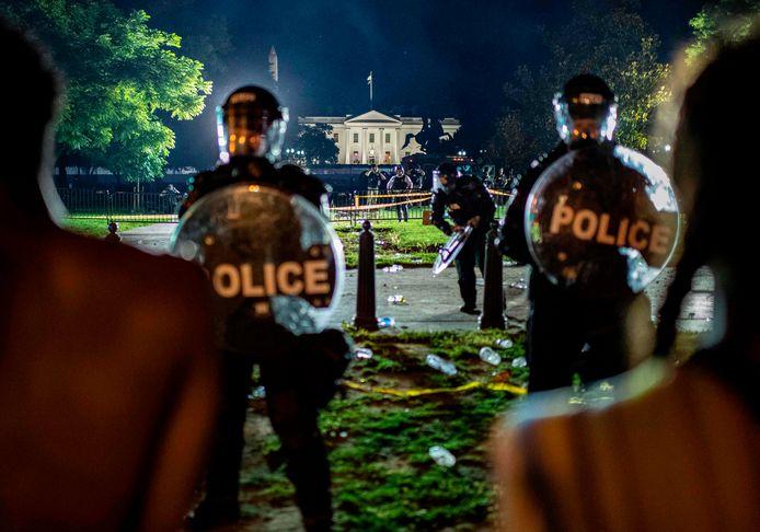 Manifestants face aux forces de l'ordre, samedi, à proximité de la Maison-Blanche