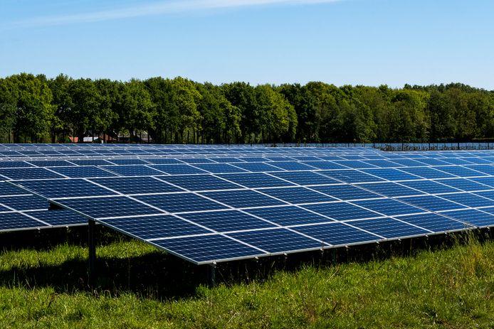 De zonnepanelen langs de A1 bij Eemnes vormen nog maar het topje van de regionale duurzame 'ijsberg'.