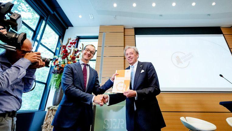 Ed Nijpels presenteert de hoofdlijnen van het Klimaatakkoord aan Minister Wiebes. Beeld anp