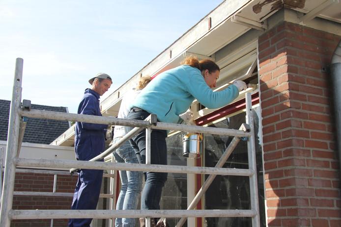 Geconcentreerd bezig op een steiger met Jessica den Adel op de voorgrond.
