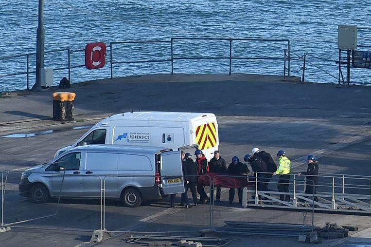 Het geborgen lichaam wordt overgeladen in de haven van Weymouth. Een autopsie moet uitmaken of het om Sala of de piloot gaat.