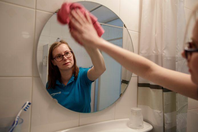 Linda Peters van Thuiszorg Helpgewoon aan het werk bij een familie in Zutphen.