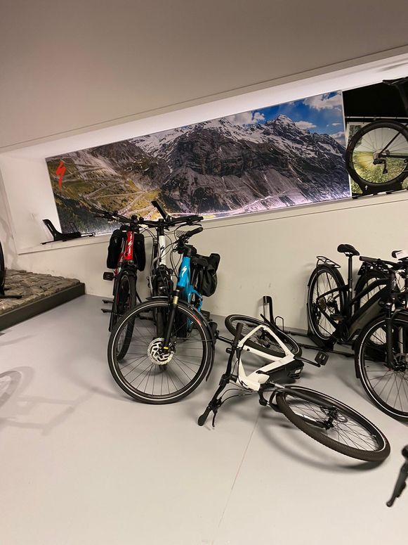 Veel fietsen liggen op de grond.