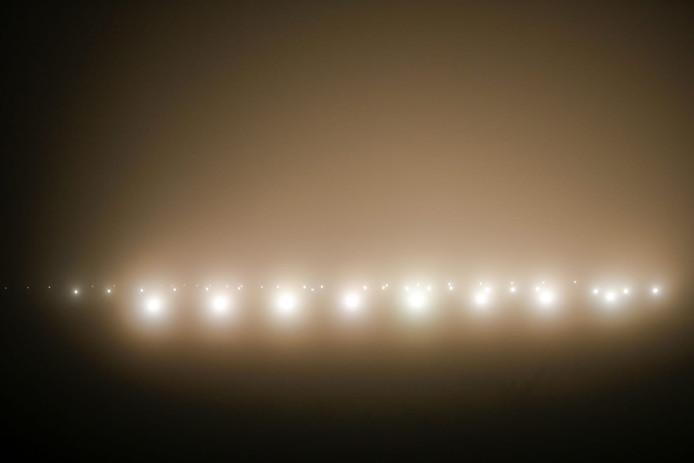 De landingsbaan van Eindhoven Airport in de mist.