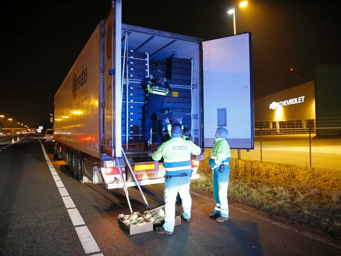 De politie vond de vreemdelingen in een koelwagen bij Hazeldonk.