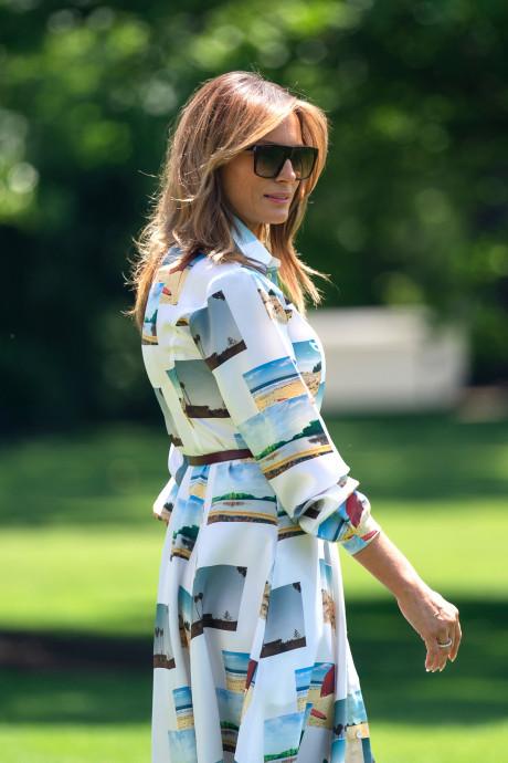 Melania Trump maakt indruk in Japan met 'ansichtkaart jurk'