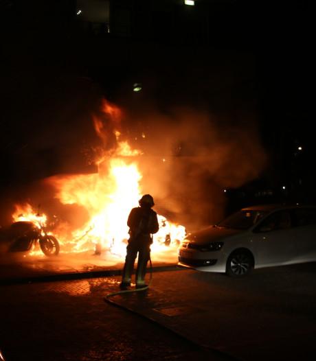 Flinke brand bij flat Arthur van Schendelplein, meerdere voertuigen in vlammen op
