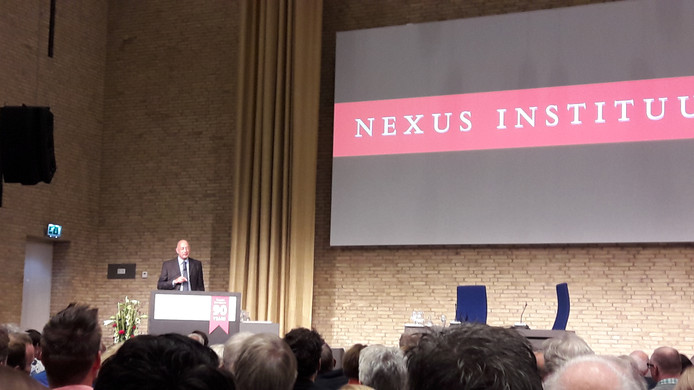 Nexus-directeur Rob Riemen in een volle aula van de Tilburgse universiteit