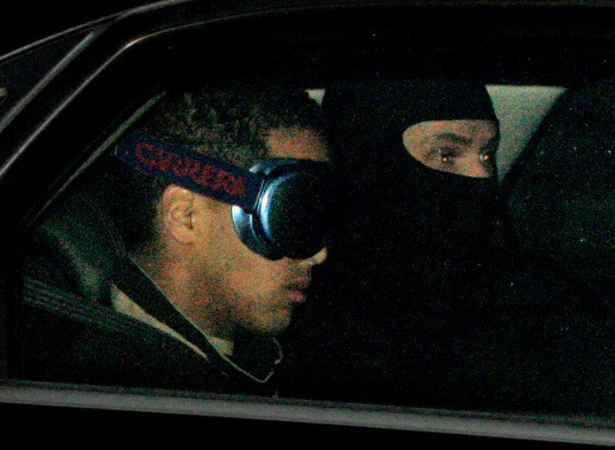 Jason W. wordt als verdachte in de zaak tegen de Hofstadgroep naar de rechtbank vervoerd.