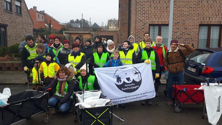 De 31st groepsopruiming van de Ninoofse Zwerfvuiljagers, samen met tien mensen van Proper Strand Lopers.