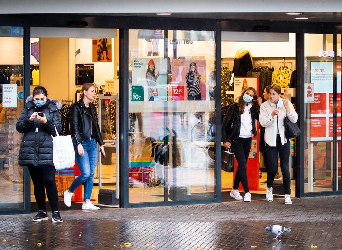 Niet iedereen draagt nog een mondmasker in het centrum van Dordrecht, zoals hier bij de Hema in het centrum. Door de minima van gratis maskers te voorzien moet het aantal dragers van gezichtsbescherming groeien.