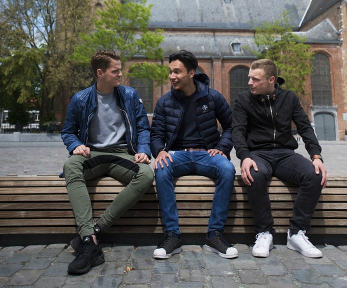 Aaron Haurissa (midden) en zijn vrienden Fréderik Koyen (links) en Sander Nuyts (rechts).