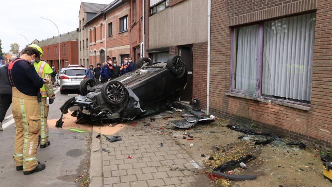 72-jarige chauffeur krijgt epilepsieaanval: auto belandt op zijn dak tegen gevel