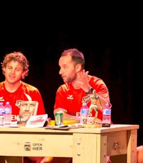 Voetbalrebellen lepelen anekdotes op in theater Veldhoven