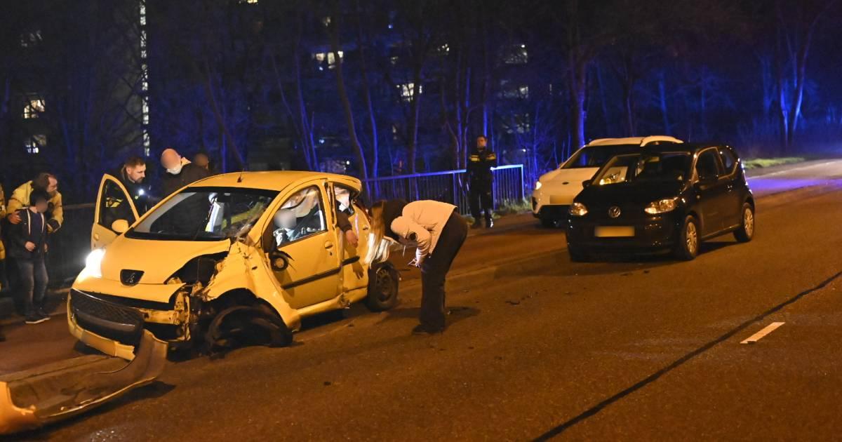 Automobilist bekneld bij eenzijdig ongeval op Nieuwe Dukenburgsebrug in Nijmegen.