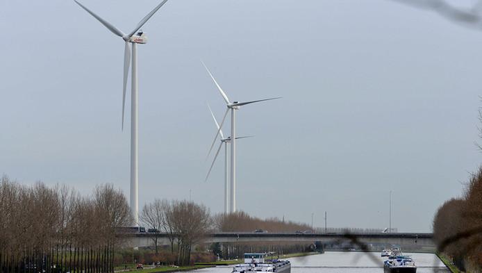 De wkindmolens langs het Amsterdam-Rijnkanaal bij Houten.