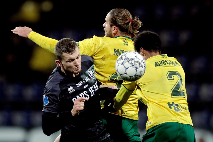 Tomas Necid in duel met twee Fortuna-verdedigers.