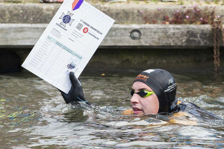Maarten van der Weijden stempelt in Hindeloopen. Beeld ANP