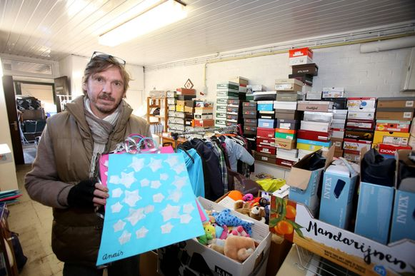 Stefan Coeck verzamelt volop spullen, die dienen als kerstgeschenken voor de bewoners van het kamp.