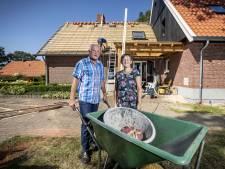 Geen Siepelmarkt Ootmarsum :Henny en Jan slepen Dakpannen in plaats van pannenkoeken bakken