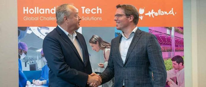 Willem Endhoven van High Tech NL (l) schudt de hand van Barry Peet van BC Semi NL.