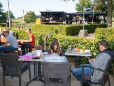 'Piratenzender' KachelFM uit Hoonhorst toert met gepimpte bus langs terrassen