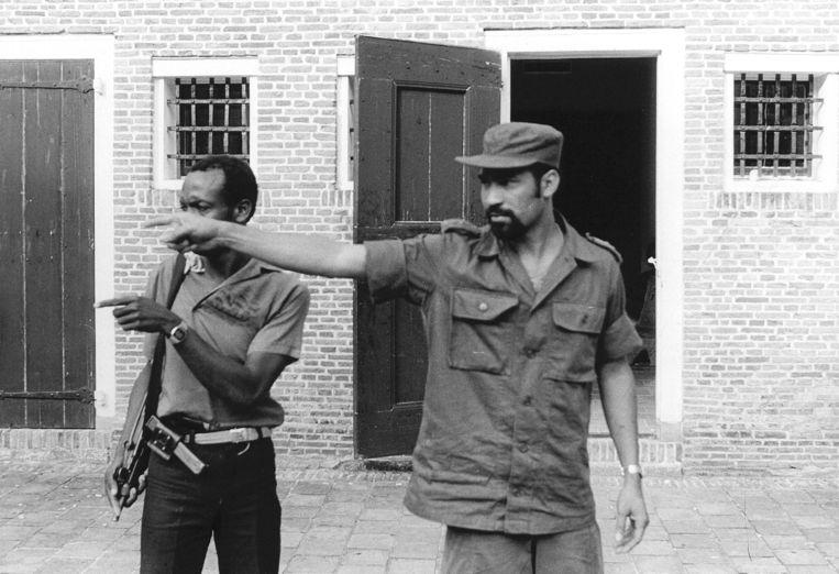 Toenmalig legerleider Desi Bouterse in maart 1982 in Fort Zeelandia, kort na de mislukte staatsgreep tegen zijn regime die door velen wordt gezien als opmaat naar de Decembermoorden. Beeld ANP