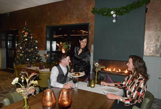 Ingrid Tsakonis serveert in het restaurant