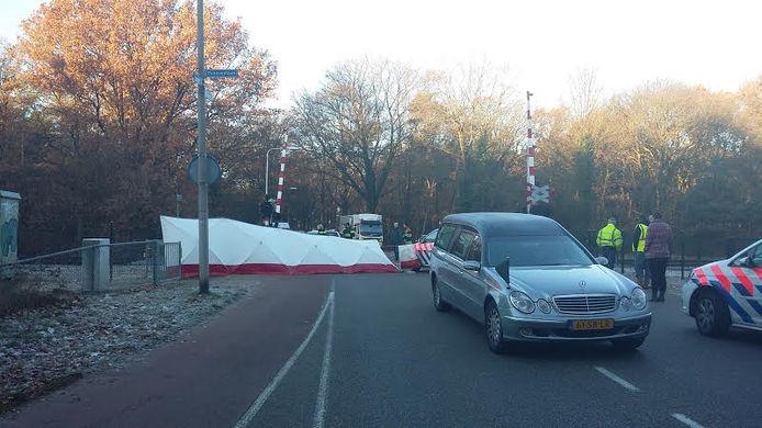 Een lijkwagen is ter plaatse, de plek van het ongeluk is met schermen afgezet.