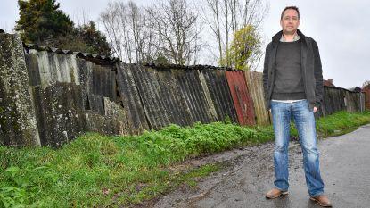 """""""Kapotte afsluiting met asbest zorgt voor gevaar"""""""