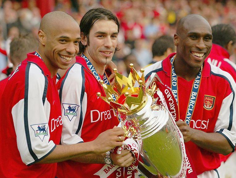 Henry, Pires en Campbell met de Premier League-trofee.