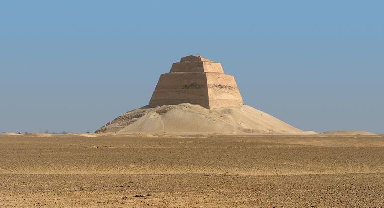 Wat er overblijft van de piramide in Meidoem is een torentje en wat puin.