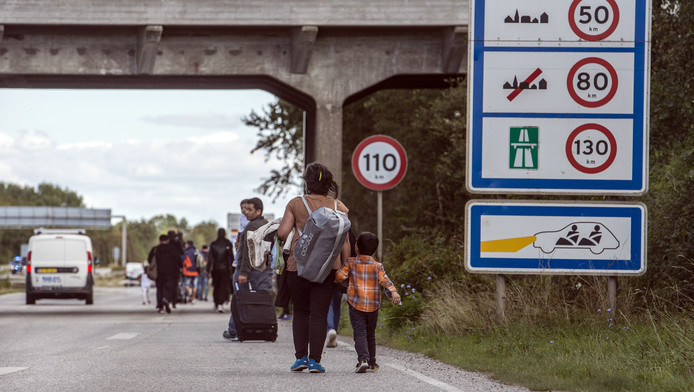 Syrische vluchtelingen langs de snelweg in Denemarken.