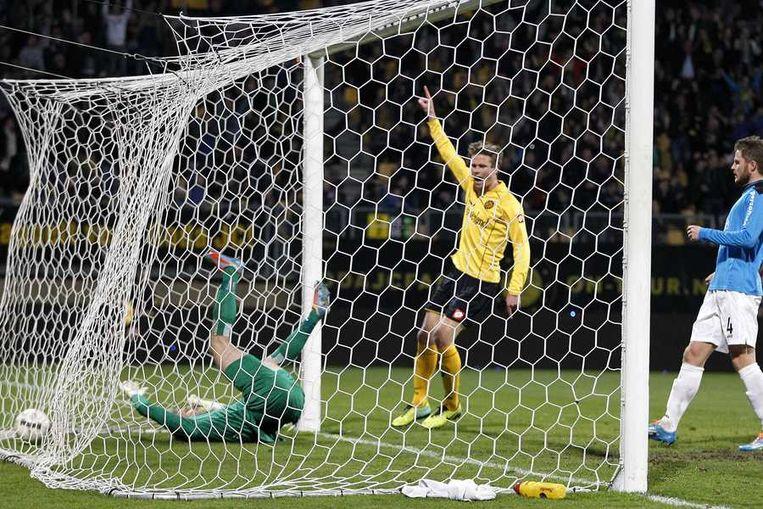 NEC-doelman Kalle Johnsson krijgt de 2-0 om zijn oren terwijl Roda JC Kerkrade speler Kees Luijckx juicht en NEC speler Lasse Nielsen (R) toekijkt. Beeld null
